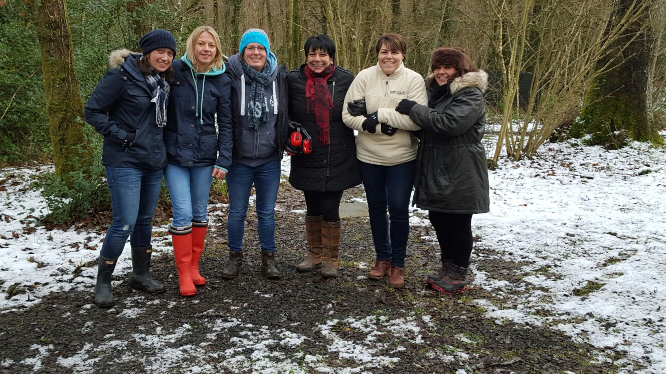 6 ladies posing
