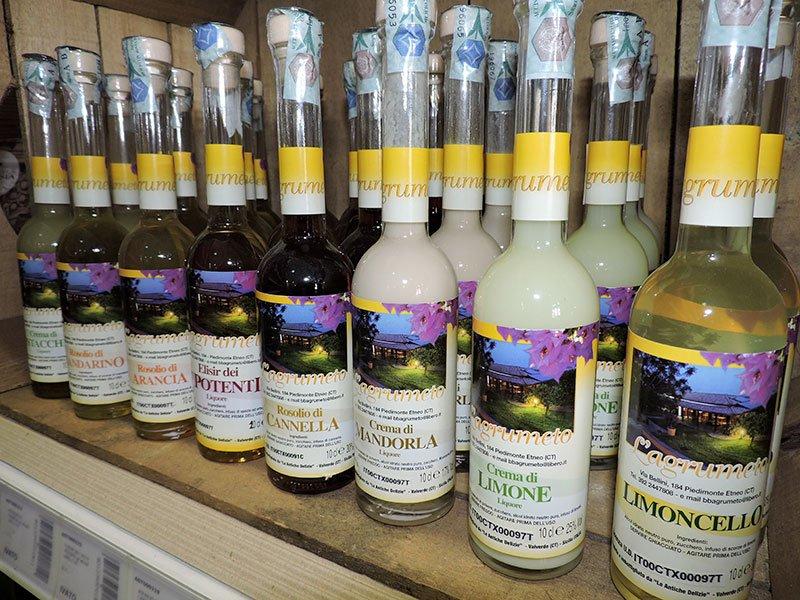 delle bottiglie di liquori