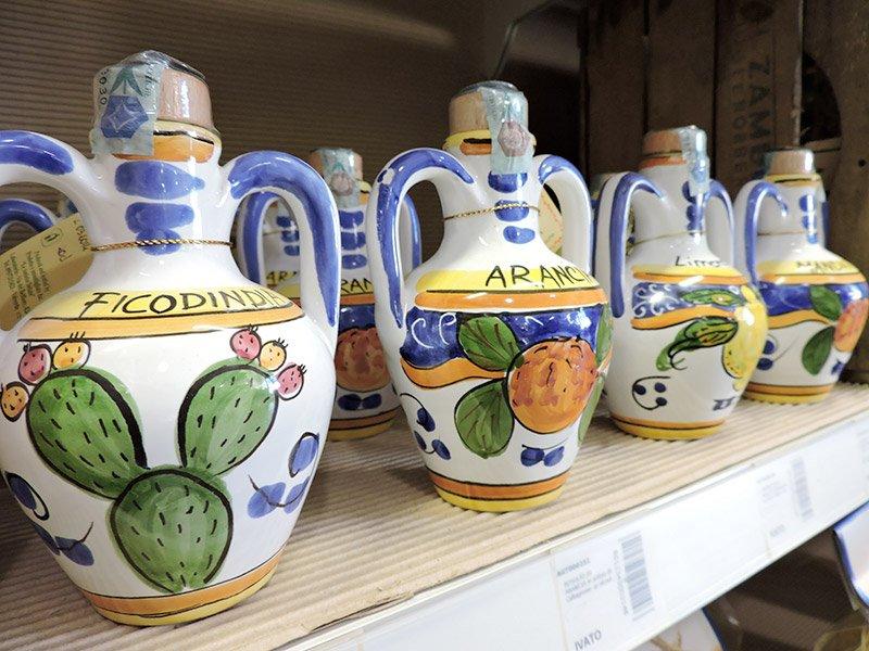 delle caraffe di liquore in ceramica