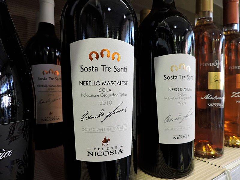 delle bottiglie di vino della marca Sosta Tre Santi