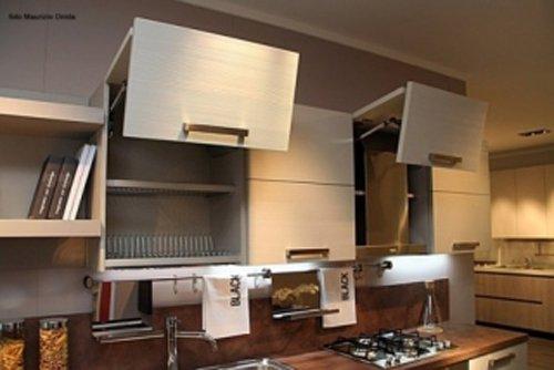 particolare della cucina con scaffali aperti