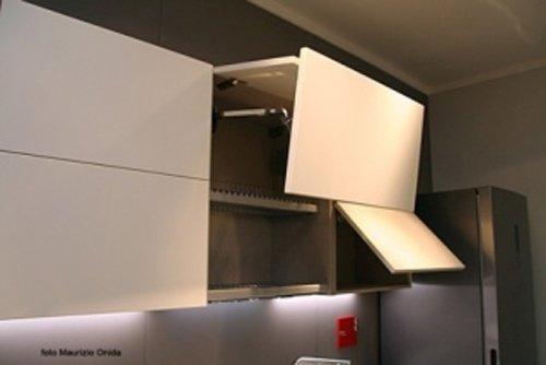 particolare di uno scaffale della cucina