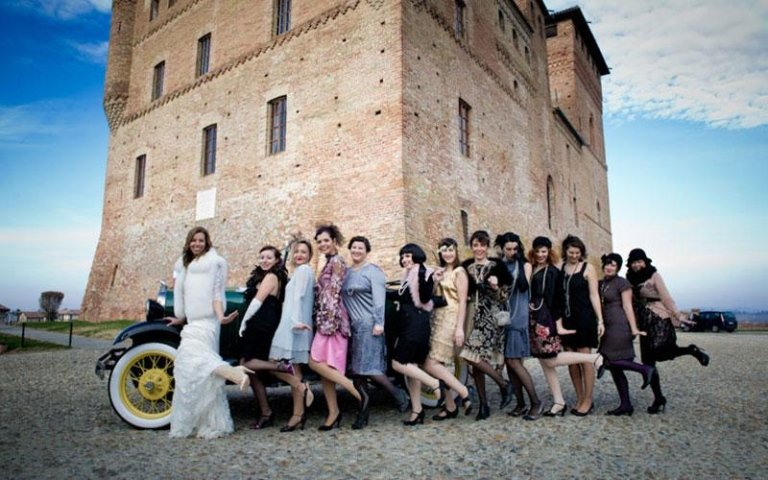 foto della sposa con le invitate