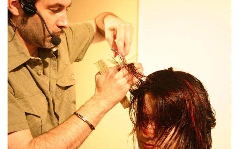 parrucchiere durante un taglio di capelli su una cliente