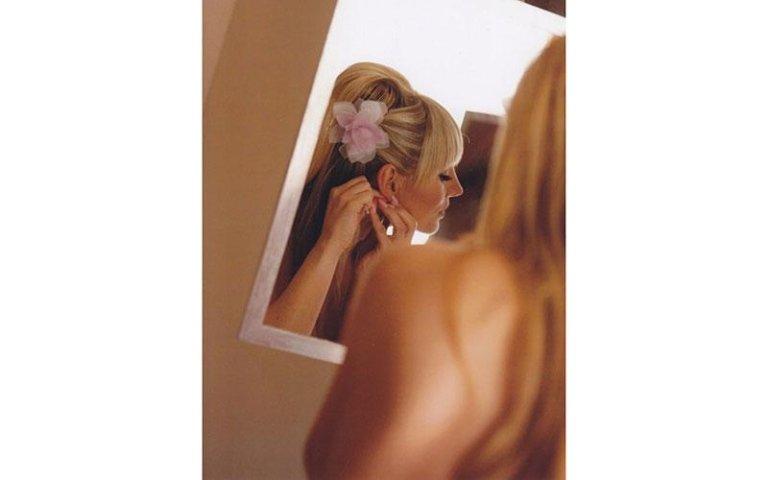 sposa bionda mentre indossa un paio di orecchini