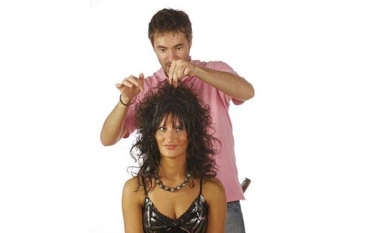 parrucchiere prepara un`acconciatura a una cliente