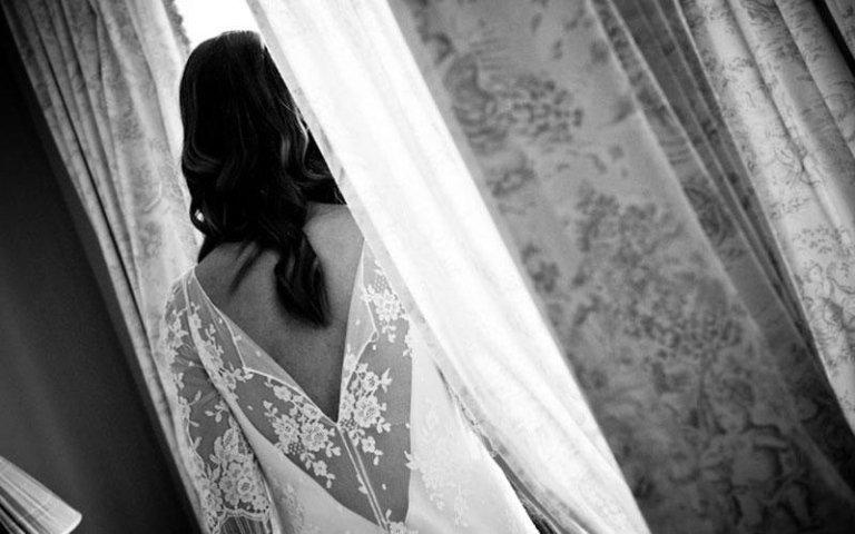 sposa durante una foto di spalle