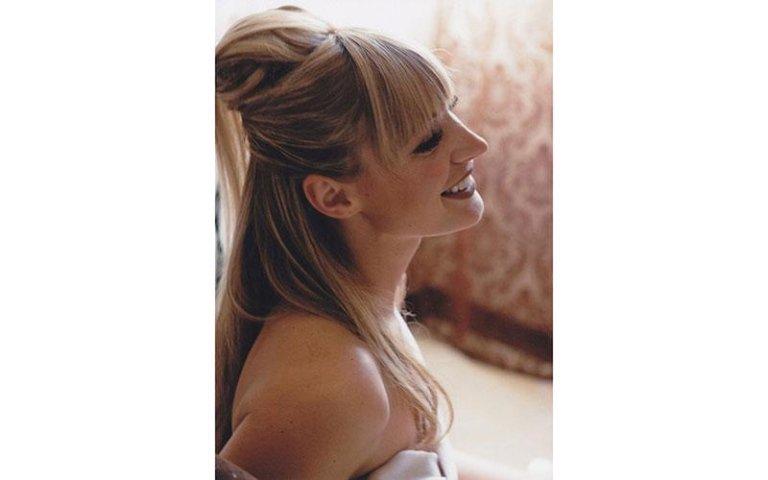 vista laterale di una sposa che sorride