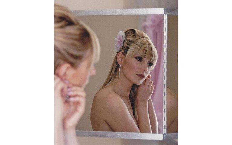sposa mentre indossa degli orecchini