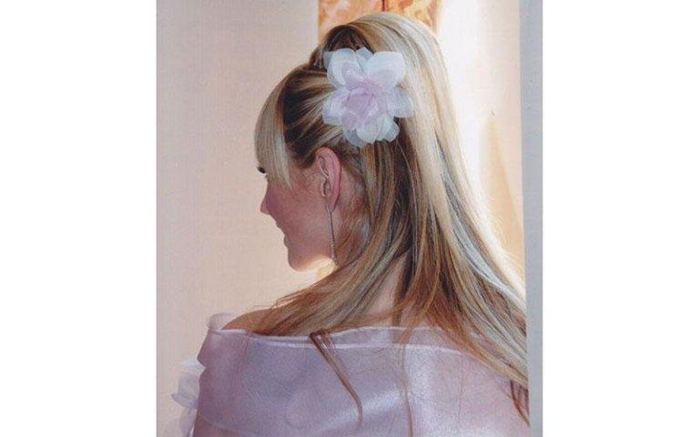 vista posteriore di una sposa con fiocco bianco in testa