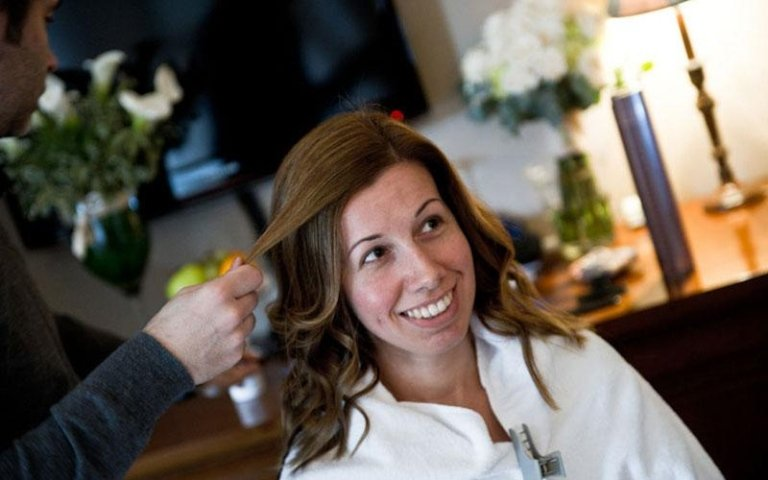 preparazione acconciatura della sposa in casa