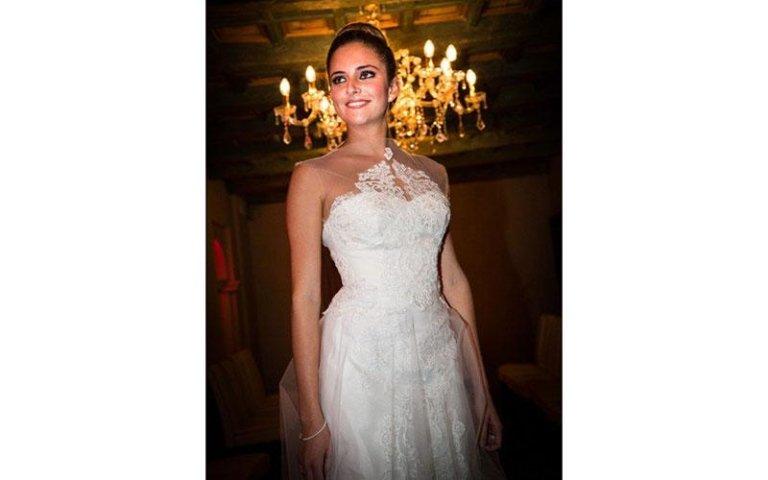 modella con un abito da sposa