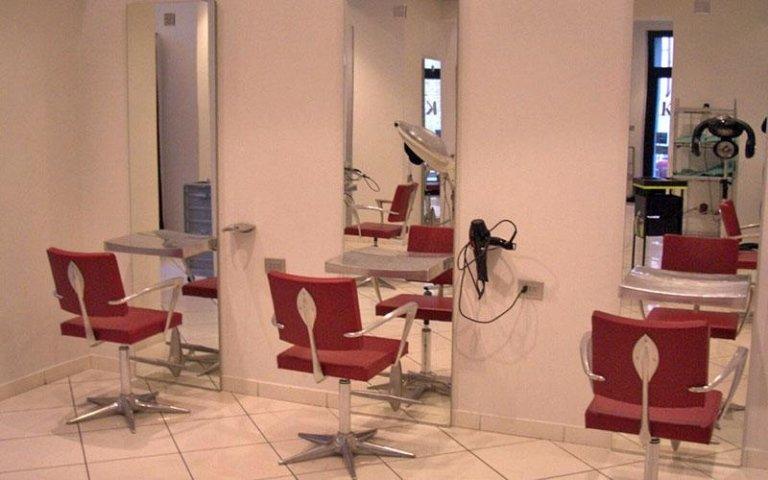 vista frontale di tre specchi in un salone per parrucchieri