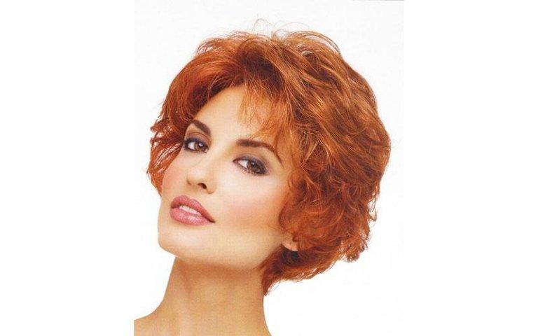 modella con capelli rossi corti