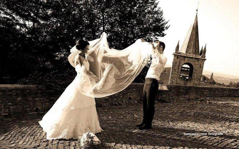 coppia sposata durante un servizio fotografico