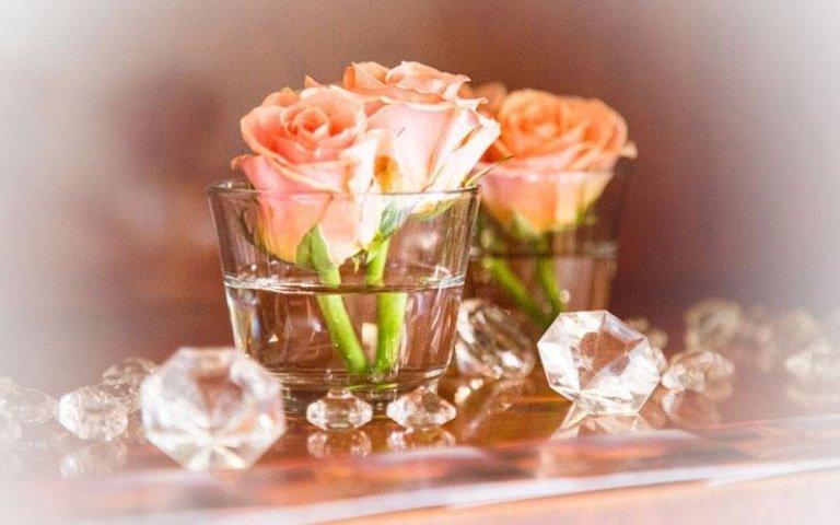 bicchiere con rose e cristalli
