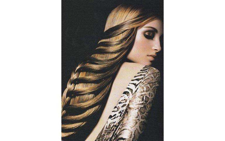 modella con capelli biondi e acconciatura