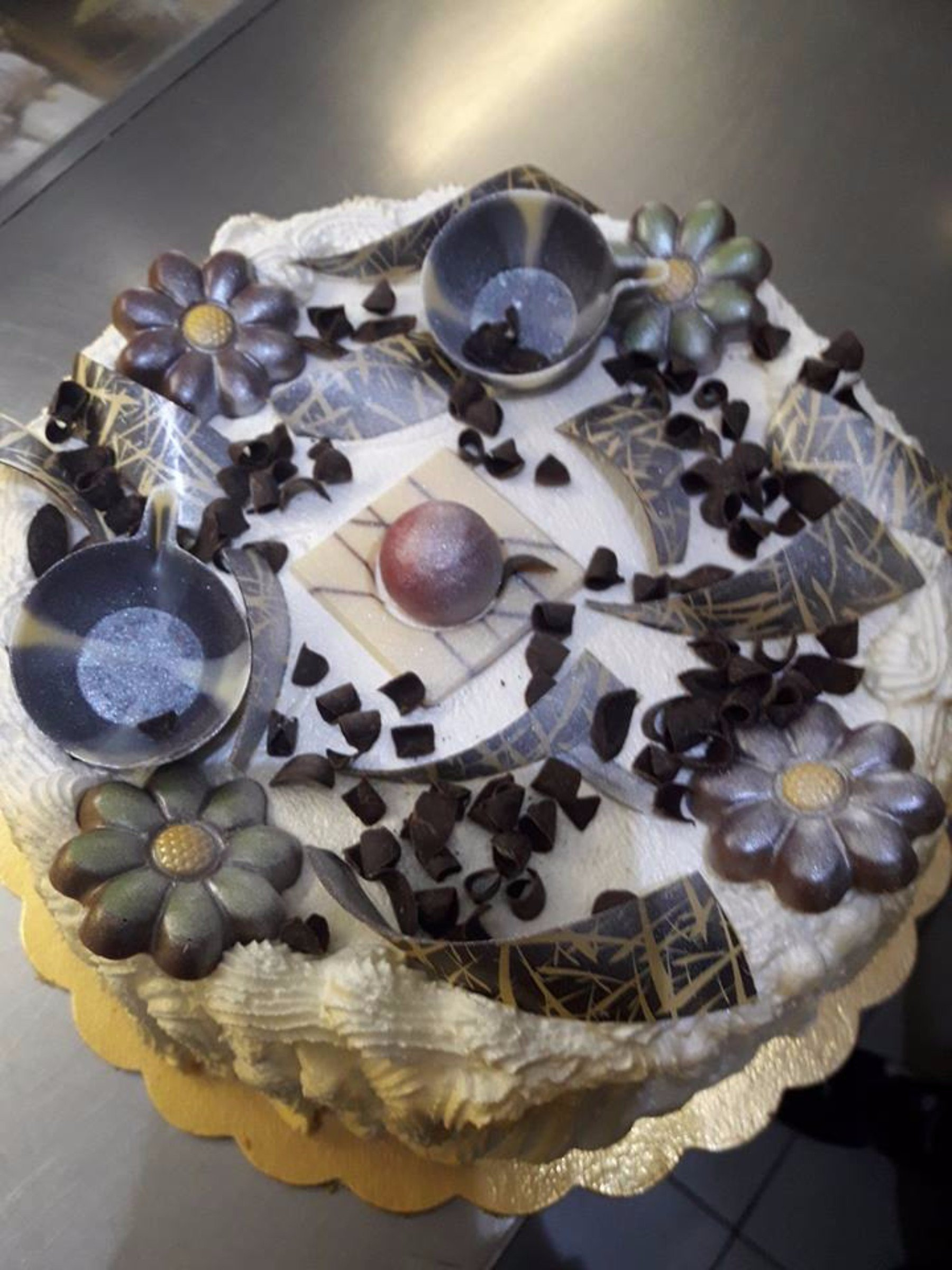 Torta con fiori e vasi in giallo e argentato
