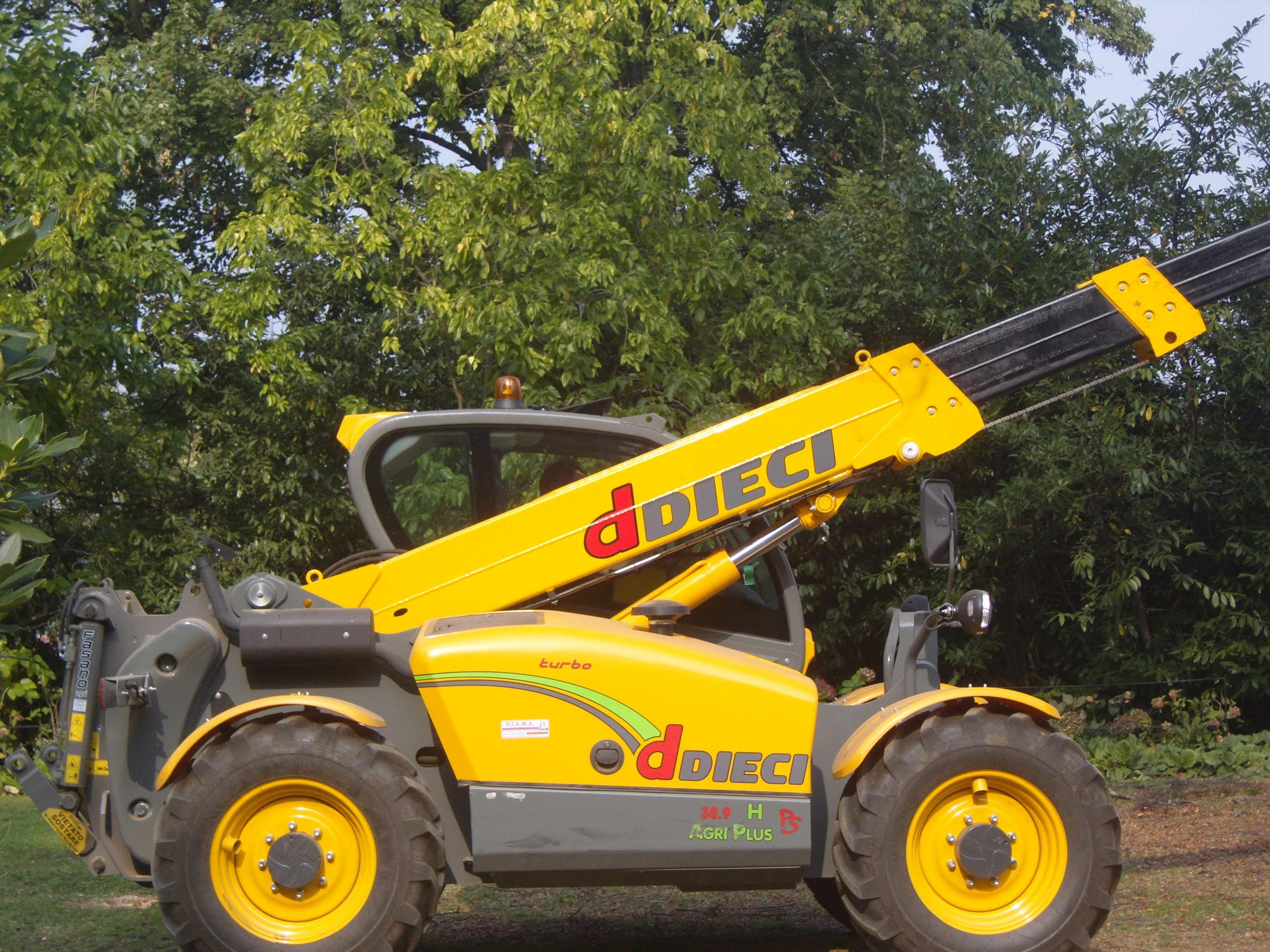 un veicolo a quattro ruote di color giallo con un braccio meccanico