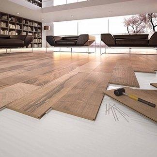 una sala con un pavimento in parquet