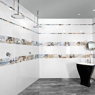 un bagno con delle piastrelle di color bianco e alcune piastrelle con dei fumetti disegnati