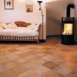 una sala con un pavimento in piastrelle di color sabbia