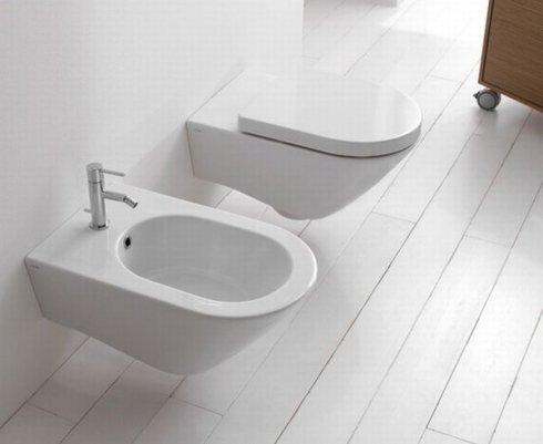 un bagno con un pavimento in legno di color bianco