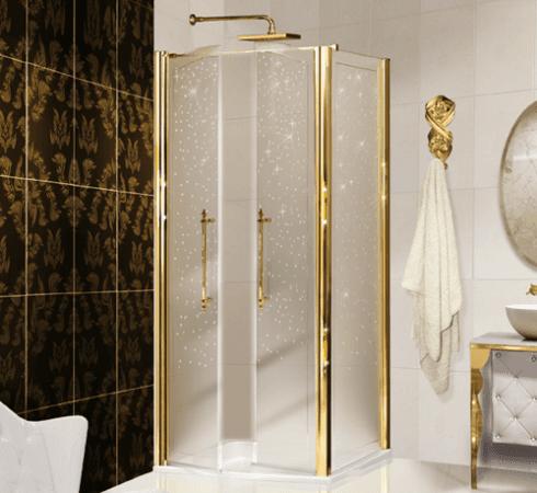un bagno con delle piastrelle di color marrone con disegni e uno box doccia con delle maniglie dorate