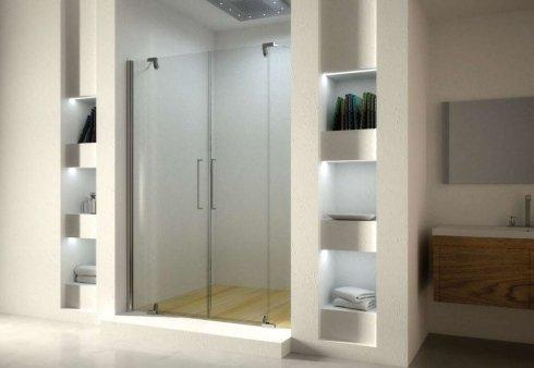 un bagno con un lavandino sulla destra e sulla sinistra un box doccia con luci accese