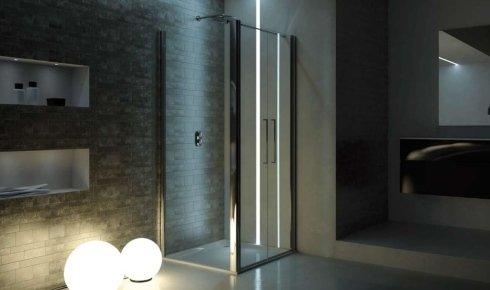 un box doccia con bordi in metallo lucido