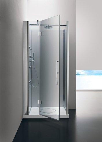 un box doccia con la porta d'ingresso aperta