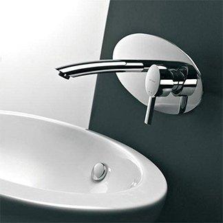 un rubinetto in acciaio per un lavabo