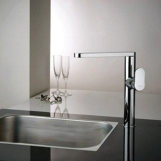 un rubinetto in acciaio per un lavandino