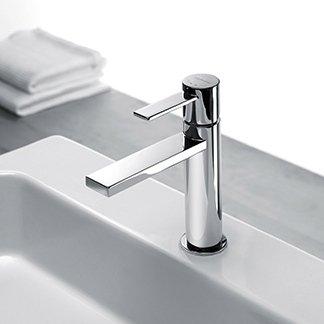 un rubinetto in acciaio per un lavabo e accanto due asciugamani
