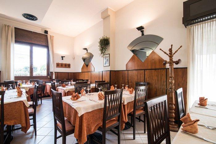vista interna del ristorante pizzeria