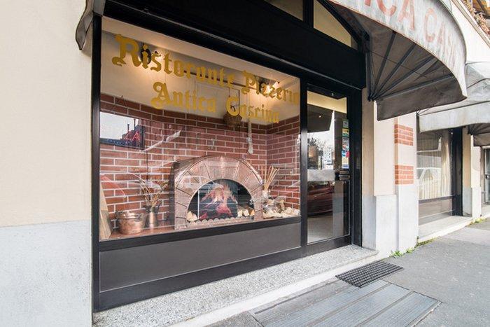 vetrina del ristorante pizzeria