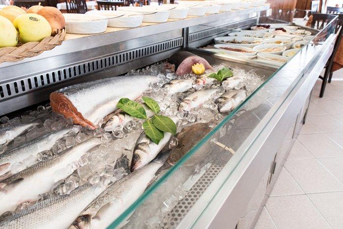 banco con pesce fresco surgelato