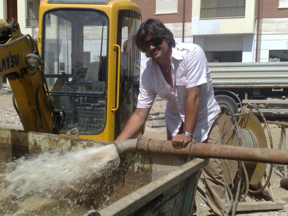 Leonardo Scardigli mentre lavora in impianto con gru