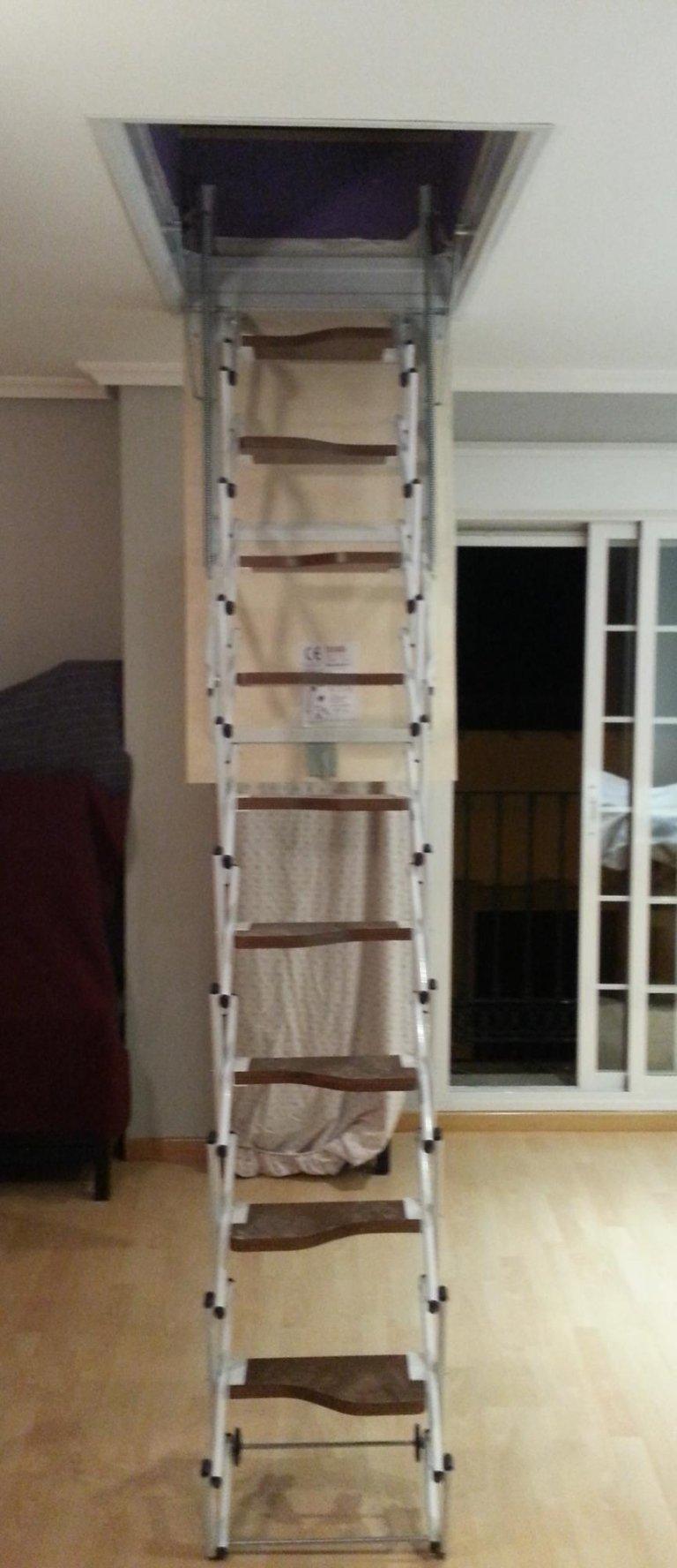 escalier accordéon marches en bois.jpeg