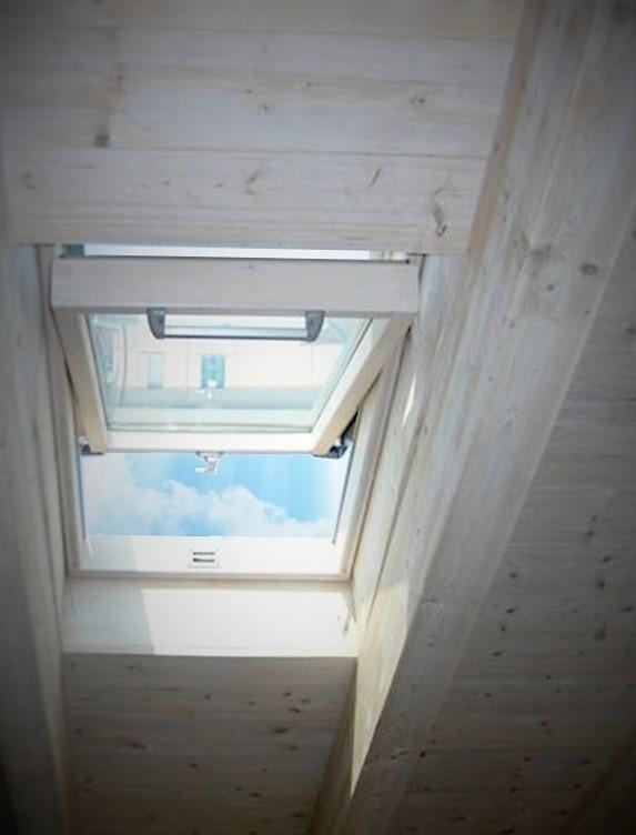 Fenster auf gebleichtem Dach