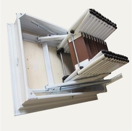 Zusammenklappbare Treppe mit geraden Holzstufen