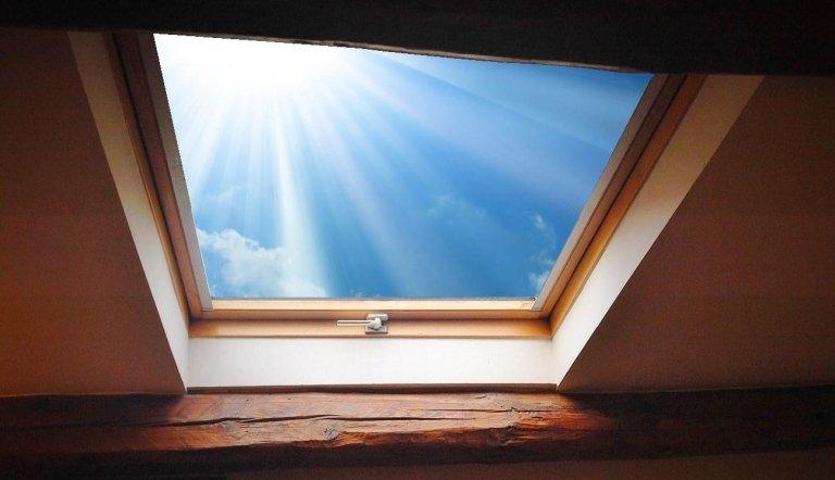 Mansardenfenster und Oberlichter.