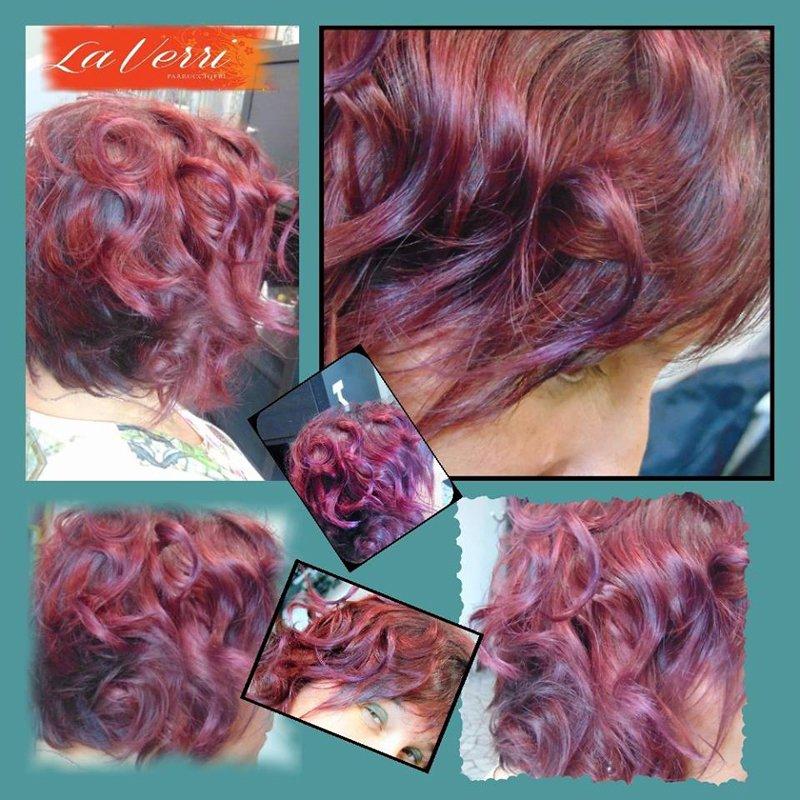 quattro foto di una cliente con i capelli corti viola e ricci