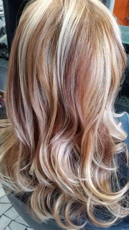 foto di una cliente con i capelli biondi e con meches