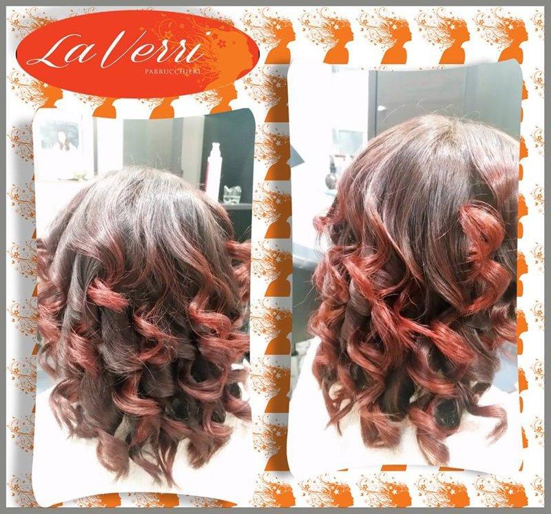 due foto di una cliente con i capelli ricci