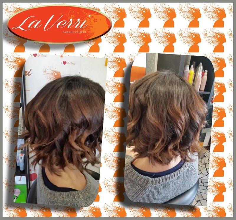 due foto di una cliente con i capelli corti ricci