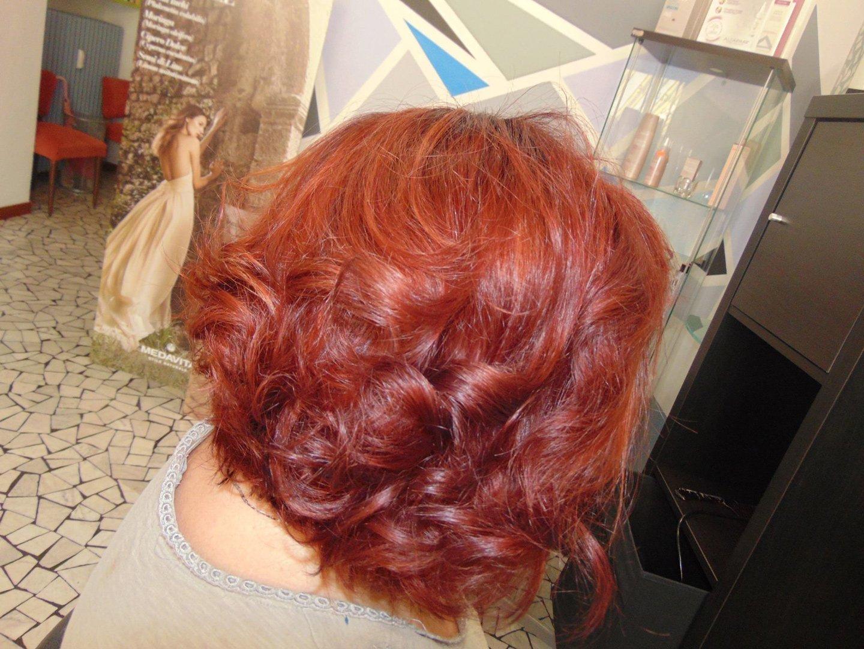 cliente con capelli rossi corti e ricci