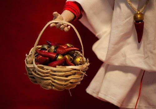 pupazzo di pulcinella con cesta di cornetti napoletani