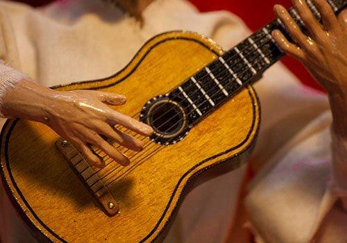 dettaglio di chitarra per pupazzo pulcinella