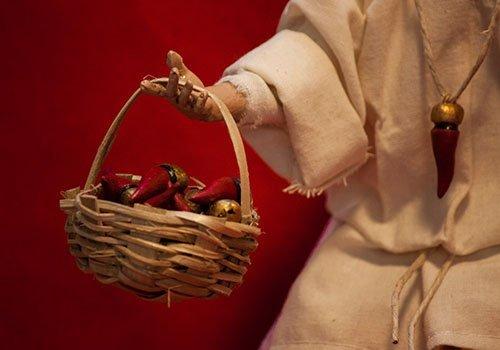 pupazzo pulcinella con cesta di cornetti